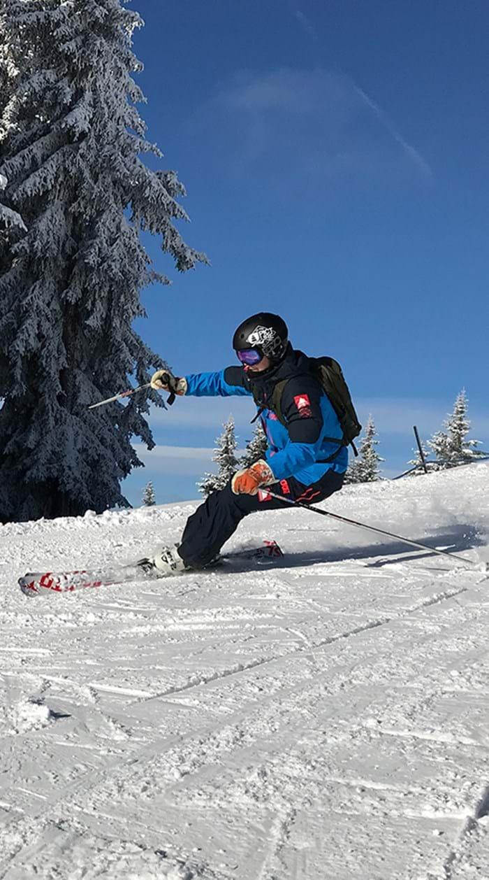 Danski skiløber på hvid sne i Alperne