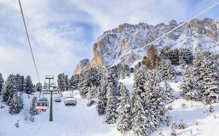 Lift i ett vitt landskap i Dolomiterna